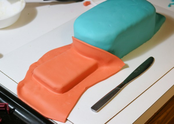 31-smooth-orange-fondant-on-tail-using-butter-knife-handle